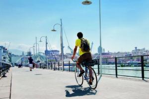 Ragazzo in bici al porto antico